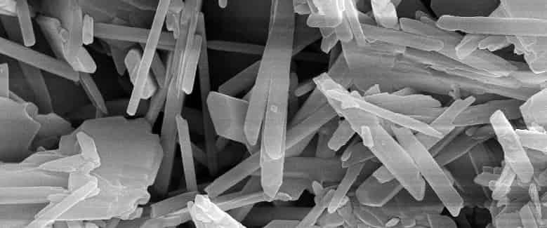 Хаотический рост кристаллических связей в порах бетона